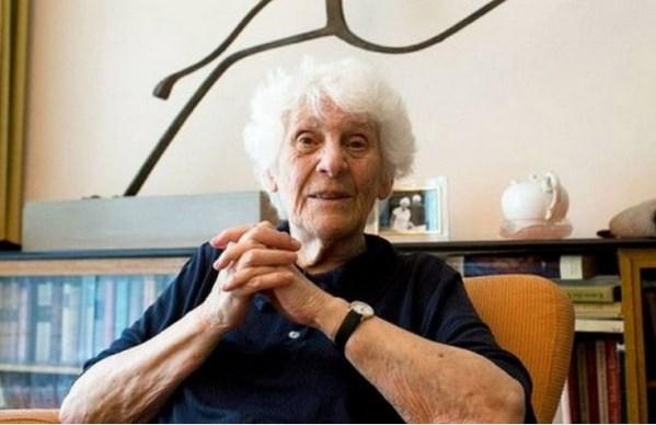 Nenek Berusia 102 Tahun Raih Gelar Doktor
