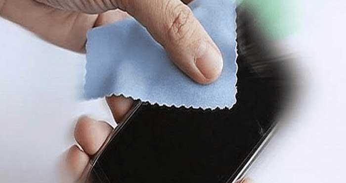 Cara Membersihkan Layar Smartphone